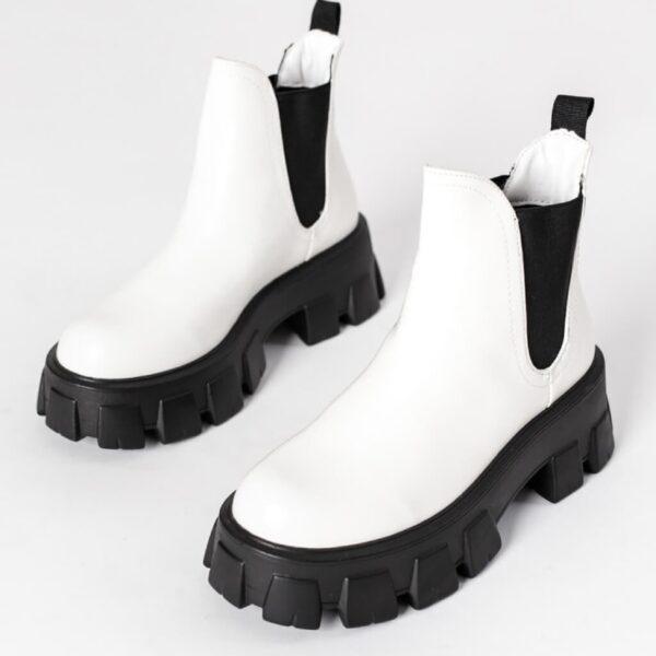 leskle biele cizmy